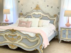 You can see how she used ornaments to make the bubble decor above the bed here. Cinderella Bedroom, Disney Princess Bedroom, Disney Bedrooms, Princess Room, Magical Room, Bubble Wall, Room Themes, Decoration, Bedroom Decor