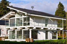 Das Fachwerkhaus ist die in Deutschland bekannteste Verwendung von Holzfachwerk im Hochbau. Es ist ein Skelettbau aus Holz, bei dem die horizontale Aussteifung mittels schräg eingebauter Streben erfolgt und die Zwischenräume mit einem Lehm verputzten Holzgeflecht oder mit Mauerwerk ausgefüllt sind. Als Bauholz wurde – mit Ausnahme der Spätzeit dieser Bauweise – Rundholz mittels Breitbeil oder Dechsel zu einstieligen Balken mit quadratischem Querschnitt behauen. Die Bauhölzer wurden…