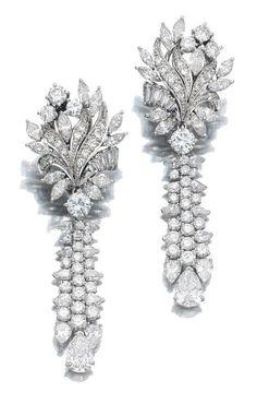 [ «WOW !! Это красиво - бриллиантовые Подвесной СЕРЬГИ Каждая серьга показывая Преодолеть цветочного дизайна Приостановка кисточкой мотив, установленный с marquise-, грушевидные, бриллиантовой огранке и багета алмазы, почтовые принадлежности.», «Этот пункт недоступен», «Gem набора и алмазы дей-Parure, Mauboussin», «мои внуки приходят сегодня. ..will догнать позже. », «Потрясающий изумруд и золото кристалл серьги стержня.», «Легкомысленные Fabulous - Алмазы в будуаре», «Наша прекрасная ко