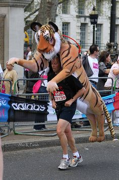 The 35 Best costumes at the 2010 London Marathon. people ran a MARATHON like this? Isn't miles hard enough? Crazy Costumes, Running Costumes, Cool Costumes, Costume Ideas, Houston Marathon, London Marathon, Cosplay Fail, Marathon Preparation