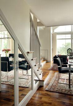Portas espelhadas debaixo da escada.