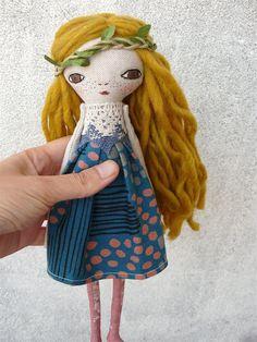 Muñeca bordada a mano con pelo de lana. 27 cm. Pelo rubio. Pelo largo de AntonAntonThings en Etsy