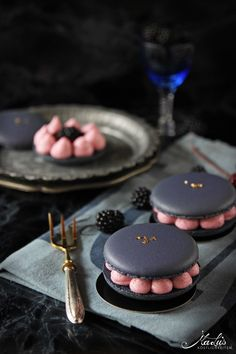 Blackberry macarons – a guest at the La Crema summer festival – Maren Lubbe – fine delicacies - Cupcakes Beaux Desserts, Beautiful Desserts, Fancy Desserts, Delicious Desserts, Dessert Recipes, Yummy Food, Gourmet Desserts, Dessert Cups, Cupcake Recipes