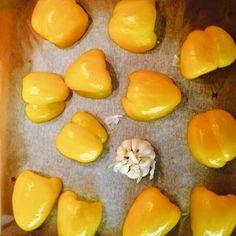 Szybki krem z pieczonej papryki  Składniki :  6 papryk  1 główka czosnku  1 por  2 marchewki  1 pomarańcz  Przyprawy: sól, pieprz  Wykonanie:  Papryki myjemy, kroimy na pół i wkładamy razem z czosnkiem do piekarnika na około 20 minut. Warzywa obieramy, kroimy w kostkę