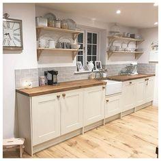 10 Layouts Perfect for Your Small Kitchen – Farmhouse kitchen Home Decor Kitchen, Rustic Kitchen, Interior Design Kitchen, New Kitchen, Home Kitchens, Kitchen Ideas, Small Cottage Kitchen, Kitchen Layouts, Farmhouse Kitchens
