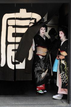 geisha / geiko in formal black kimono | japanese culture
