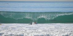 Mais qu'est-ce qui se cache dans la vague derrière ces deux gamins?