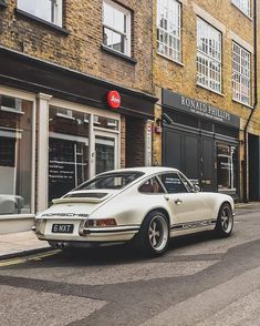 Mercedes Benz – One Stop Classic Car News & Tips Porsche Classic, Bmw Classic Cars, Vintage Porsche, Vintage Cars, Retro Cars, Carros Lamborghini, Bmw 2002, Cars And Motorcycles, Dream Cars
