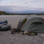 49. Lejr på sten strand, smuk aften, Alaska på tværs