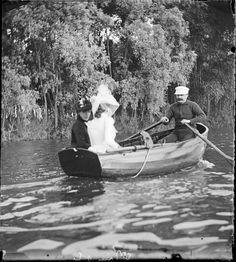 Guy de Maupassant en compagnie de Geneviève Bizet et Colette Dumas à la Grenouillère ,1889 . © Giuseppe Primoli