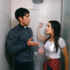 Hoy en Esperanza Mia: El padre tomas se esconde del padre fortunato y termina con Esperanza en la ducha...<3