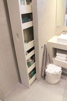 unten Schrank direkt neben dem Waschtisch. Gleiches Holz wie Waschtisch