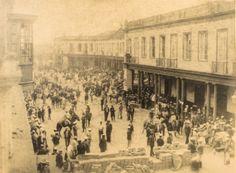 Barricadas, tropas y civiles en la calle Plazuela del Teatro durante la revolución de Piérola [fotografía]