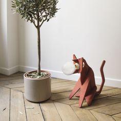 """Créée par la maison d'édition française, Eno studio et le duo de designers français, Clotilde & Julien, la lampe à poser """"Get Out Cat"""", est une création originale et minimaliste en forme de chat assis !  #luminaire #design #designcontemporain #contemporarydesign #nedgis  #luminairedesign #clotilde&julien #getoutcat #lampeàposer #tablelamp #enostudio #lampechat  #catlamp #chambre #bedroom #livingroom #salon #rouge #red #MDF"""