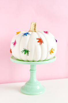 If you're looking to add a lot of color and cheer to your Halloween decor, look no further than this DIY Rainbow Spider Pumpkin! Halloween Mono, Happy Halloween, Halloween Inspo, Halloween Party Decor, Holidays Halloween, Halloween Kids, Halloween Treats, Halloween Pumpkins, Creepy Halloween