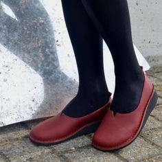 DESCRIZIONEBallerina a pianta larga lavorazione ideal.Accompagna comodamente la camminata senza costringere il piede. Si ha la sensazione di camminare con un sabot. Da ferme, il piede esce facilmente dalla scarpa, ma camminando, la calzatura segue il piede senza sfilarsi. Ottima scelta per chi vuole una scarpa molto comoda. Non è adatta a chi ha un piede molto sottile.
