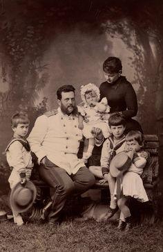 Grão-duque Vladimir Alexandrovich e Grã-duquesa Maria Pavlovna com seus filhos Grão-duque Kirill Vladimirovich, Grão-duque Boris Vladimirovich, Grão-duque Andrei Vladimirovich e Grã-duquesa Elena Vladimirovna, mais tarde Princesa Nicholas da Grécia em 1883. Grão-duque Vladimir está sentado em um banco com Boris de pé ao lado dele para a esquerda. Kirill está sentado no banco para a direita, o braço esquerdo em torno de Andrei. Grã-duquesa Maria está atrás segurando o bebê grã-duquesa Elena.