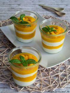 Ein einfaches Rezept für ein Schichtdessert mit Mango, Quark, Sahne, Schokolade und Minze. Das Dessert