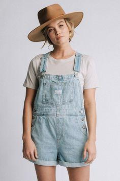 Levi's Vintage Shortalls in Light Wash Denim Womens Denim Overall Shorts, Overall Shorts Outfit, Denim Overalls Outfit, Womens Denim Overalls, Cute Overalls, Overalls Vintage, Short Overalls, Dungaree Shorts, Overalls Fashion