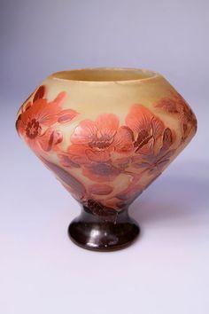 Emile Gallé, Nancy - Vase, um 1905. Glas, Überfang, geätztes Dekor mit Blütenzweigen. Zustand B. H. 14,1 cm. Bez.: Gallé