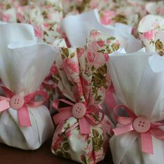 7 diy gift packing ideas that won't dent your pocket Creative Gift Wrapping, Creative Gifts, Wedding Favours, Wedding Gifts, Decoration Buffet, Baby Tea, Chocolate Wrapping, Tea Party Baby Shower, Fabric Gift Bags