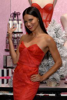 Adriana Lima viste de rojo para Navidad  http://www.guiasdemujer.es/st/uncategorized/Adriana-Lima-viste-de-rojo-para-Navidad-2422