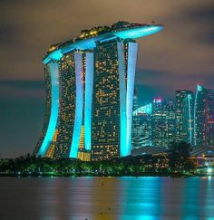 Marina Bay Sands hotel 😍 one of the worlds most iconic buildings. The ultimate luxury hotel, it represents all things modern and super-stylish, from trendy dining locations to exciting leisure activities! Sands Singapore, Singapore Photos, Singapore Travel, Singapore Vacation, Singapore Attractions, Singapore Tour, Visit Singapore, Hotel Marina Bay Sands, Sands Hotel