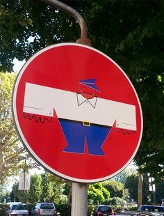 Schluss mit langweiligen Straßenschildern! Clet_Abraham_05 Street Wall Art, Urban Street Art, Street Art Graffiti, Urban Art, Urbane Kunst, Modern Pop Art, Fun Signs, Sidewalk Chalk, Street Signs