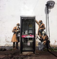 follow the colours Spy Booth Banksy 'Mobile Lovers' e 'Spy Booth': novos trabalhos de Banksy