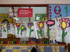 PLASTICA : flors dibuixades sobre paper de diari i pintades amb tempera