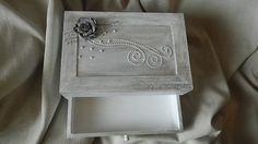 offret bois , avec six petits casiers et un tiroir pouvant servir de boite à bijoux ou à couture, peinture grise argentée patinée, , fleurs et perles pour un style romantique  Dimension 28/18 cm..