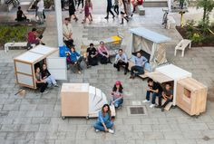 USC students have designed shelters for homeless people, ranging from a tent structure made from a shopping cart to a tiny house made of scavenged material. Architecture Student, Architecture Design, Mobile Architecture, Building Architecture, Homeless Housing, Homeless Shelters, Portable Shelter, Portable House, Transformers