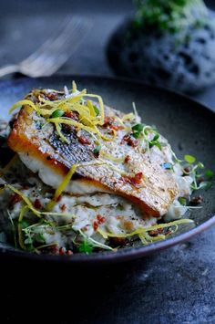 Opskrifter med fisk | www.juliekarla.dk Healthy Menu, Healthy Eating, Healthy Recipes, Healthy Foods, Creamy Cauliflower, Fish Dishes, Fish And Seafood, Food For Thought, Plant Based Recipes