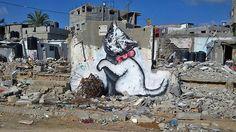 Aquí podemos observar que el artista tras las ruinas de las bombas, en una pared casi derribada, ha dibujado un gato blanco en símbolo de inocencia.