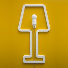 Comme un tableau, vous pourrez fixer cette lampe blanche sur n'importe quel mur de votre intérieur en y apportant de la couleur (disponible en bleue, rose, noire et blanche), du design et de l'élégance. À la fois poétique et graphique, cette lampe fera le bonheur de tout passionné de déco.Un vrai coup de cœur absolument irrésistible !<br />