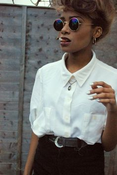 High waisted jeans and round sunglasses Total vintage outfit. Dare to wear it! || Desert Lily Vintage || vintage fashion. sustainable fashion. eco fashion. retro. bold and empowered. 80s