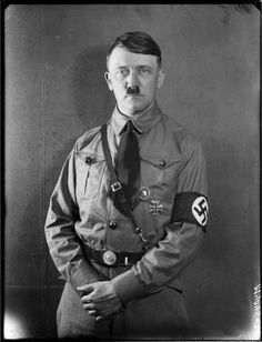 Styczeń 1928 Portret z serii zdjęć wykonanych w pracowni Heinricha Hoffmana w Monachium, przedstawiających Adolfa Hitlera w mundurze SA (data przybliżona)