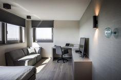Project penthouse - Hoog ■ Exclusieve woon- en tuin inspiratie. Corner Desk, Conference Room, Table, Furniture, Design, Home Decor, Interiors, Corner Table, Decoration Home