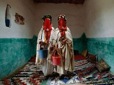 Explore: Weddings -- National Geographic/n the High Atlas Mountains of Morocco, Berber brides are dressed for a traditional mass wedding that includes four days of ceremonial rituals. In one, brides purify themselves with water gathered from a river. National Geographic, Fotojournalismus, Traditional Wedding Attire, Moroccan Wedding Blanket, Wedding Rituals, Vintage Blanket, Tumblr, Berber Carpet, Wedding Website