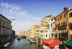Venedig ist einzigartig! So viele schöne Kanäle kleine Bars intensive Farben... Was ist dein Highlight in #venedig ?
