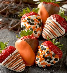 Halloween Chocolate Covered Strawberries - These yummy looking treats are TheDailyPIN winner! Chocolat Halloween, Halloween Chocolate, Halloween Fruit, Halloween Goodies, Halloween Treats, Happy Halloween, Halloween Appetizers, Halloween Decorations, Fall Halloween