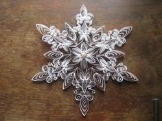 Gorgeous samples of quilled snowflakes - these would make stunning holiday decorations (or a great gift).