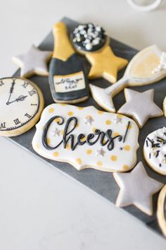 Top your glasses and say cheers to this NYE Cookies & Bubbly Party featured here at Kara's Party Ideas! Don't wait until the ball drops! New Years Eve Dessert, New Years Eve Party Ideas Food, New Years Eve Food, New Years Eve Decorations, New Years Party, Dessert Nouvel An, New Years Eve Invitations, New Years Cookies, New Year's Desserts