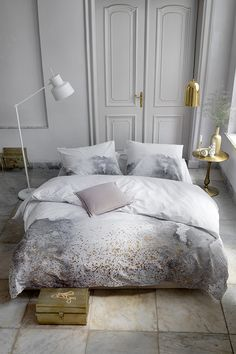 Touch of Gold - A calm retreat after a long day Bed Decor, Small Loft Bedroom, Apartment Furniture, Wall Decor Bedroom, Storage Furniture Bedroom, Duvet Covers, Gray Bedroom, Bedroom Vintage, Gold Duvet