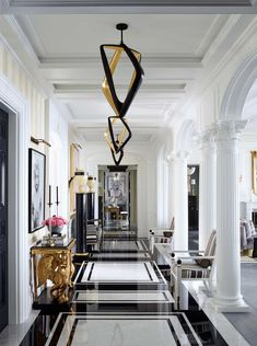 Designer Mary McDonald creates a perfect palette in a Southern California home owned by a pair of spirited—and wildly successful—beauty entrepreneurs. Here's a look inside the stunning home. Grand Entryway, Entry Hall, Modern Entryway, Floor Design, House Design, Mary Mcdonald, Decoration Entree, California Homes, Southern California