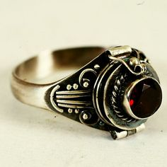 Poison Ring with Red Garnet Stone Sterling Silver door Spoonier