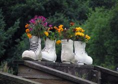 diy-rain-boots-garden-fence - Home Decorating Trends - Homedit Cool Diy Projects, Outdoor Projects, Kid Friendly Backyard, Decoration Plante, Old Shoes, Love Garden, Plantar, Green Plants, Yard Art