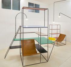 Étagères, tables, lampes, cette collection de meubles signée Muller Van Severen est une ode au minimalisme, de simples lignes droites ou obliques viennent dessiner le mobilier. Inspiré du Bauhaus et du De Stjil de Mondrian, chaque pièce allie fonctionnalité et simplicité, le tout très coloré.