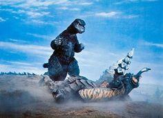 Godzilla vs Megalon Showa Godzilla standing at 50 metres = 164 feet Megalon falling at 55 metres = 180 feet Godzilla Raids Again, Godzilla 2, Cool Monsters, Classic Monsters, Giant Monster Movies, Strange Beasts, Japanese Monster, Horror Films, Horror Art