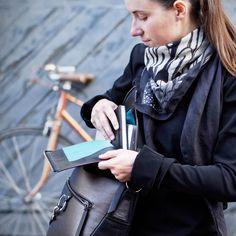 c19d6be046c9c Le Messenger. sac à main pour ordinateur en cuir noir et bronze Lady  Harberton